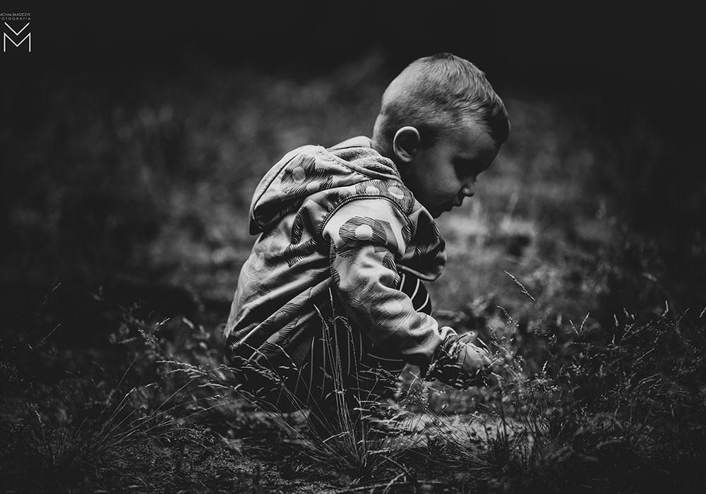 dziecko-natura-black-white-foto