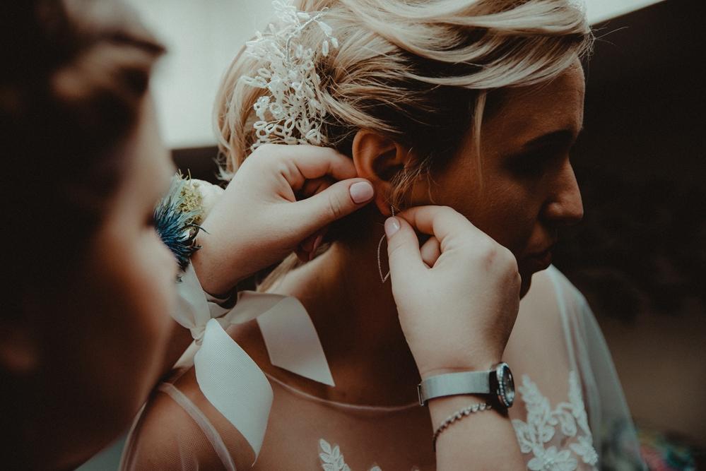 zakładanie kolczyków, przygotowania, dzień ślubu