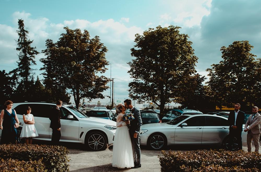 przyjazd młodych, BMW, pocałunek