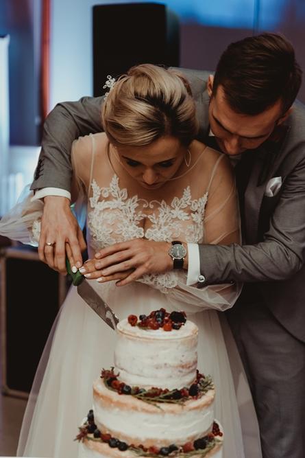 Pierwsze wspólne krojenie tortu, razem, wspólnie